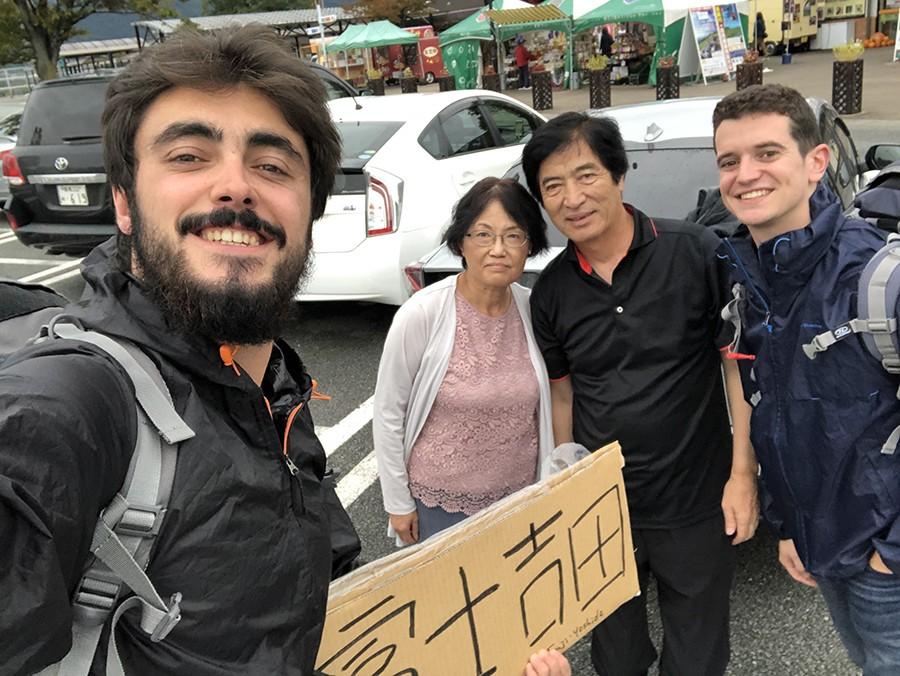autostop en japón pareja