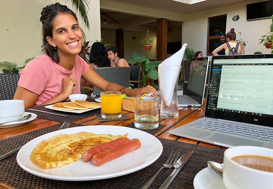 desayunando en hotel barato de gulhi